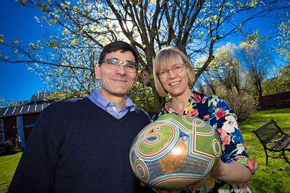 Ricardo Alvarado ja Paula Blomster tulivat Raaheen Helsingistä, mutta autossaan heillä oli mukana paljon kauempaa tullutta keramiikkaa