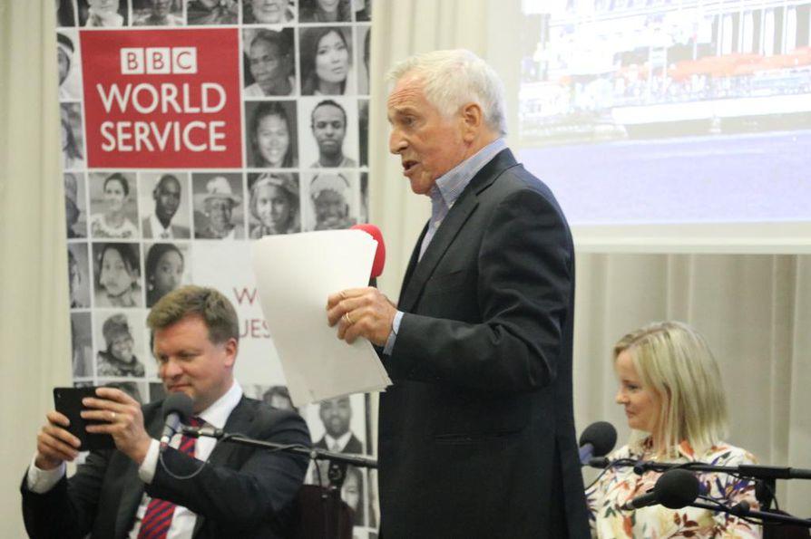 Keskustelua johtanut Jonathan Dimbleby pyysi pariin otteeseen puheenvuoroja juuri suomalaisilta yleisön jäseniltä, kun maahanmuuttokeskustelusta pyrittiin eteenpäin muihin aiheisiin. Takana Ville Skinnari ja Riikka Purra.