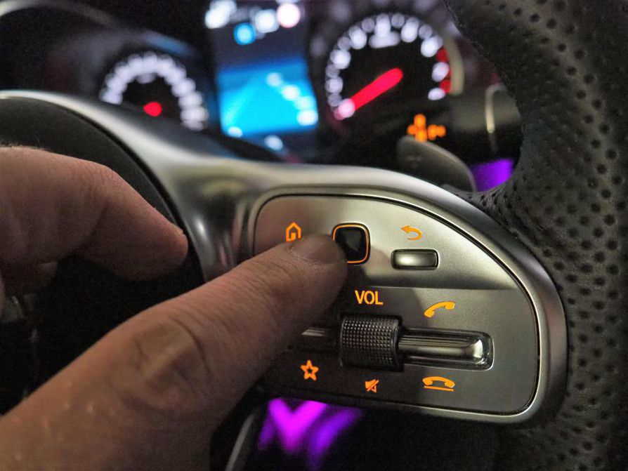 """Kuljettaja voi """"kuitata"""" ajamisensa ohjauspyörää liikauttamalla tai mustalla kosketusnäppäimellä. Painonäppäin saisi vain olla hieman suurempi."""