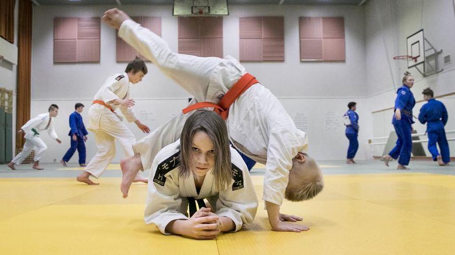 Reko Orispää hyppää Nooa Marjamaan yli hyppyukemiharjoituksessa.