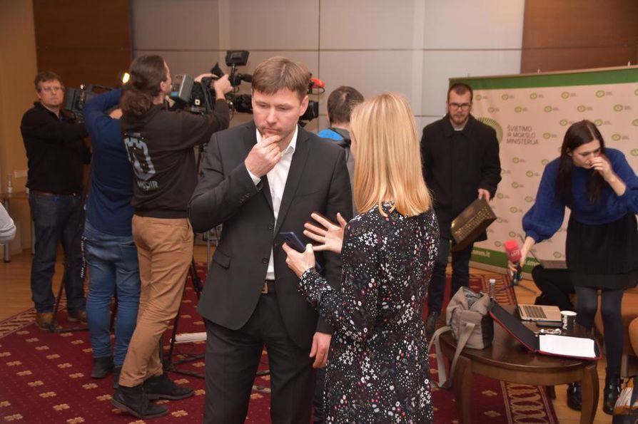 Toimittajat piirittävät LŠDPS-liiton puheenjohtajan Andrius Navickasin ministeritapaamisen jälkeen. Valtauksen takana on yksi monista opettajien ammattiliitoista.