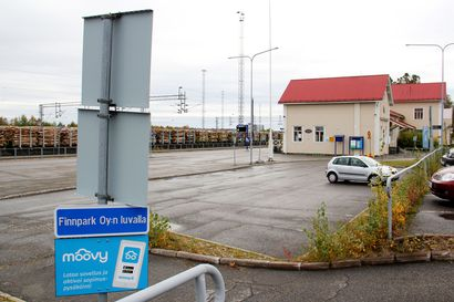 Kännykkäsovelluksella maksettavien parkkimaksujen käyttöönotto yllätti Kemin rautatieasemalla asioineet –opasteiden epäselvyydet aiheuttivat aluksi ongelmia