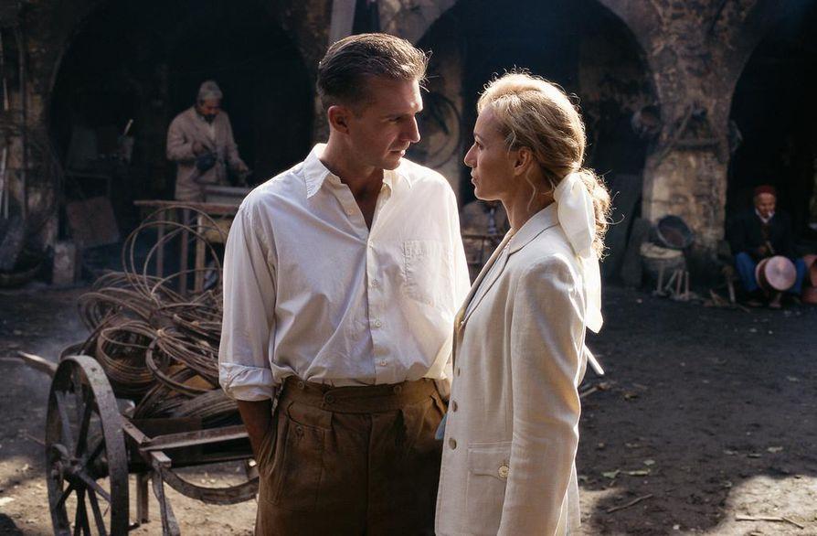 Englantilaisen potilaan rakastavaisia esittävät Ralph Fiennes ja Kristin Scott Thomas.
