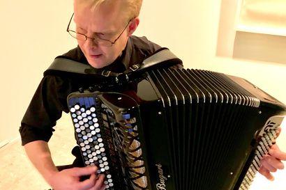 """""""Kahden pimeyden välissä on vain elämä"""" – Kuusamossa konsertoivan Mika Väyrysen harmonikkakonsertin teema on syvällä elämän ytimessä"""