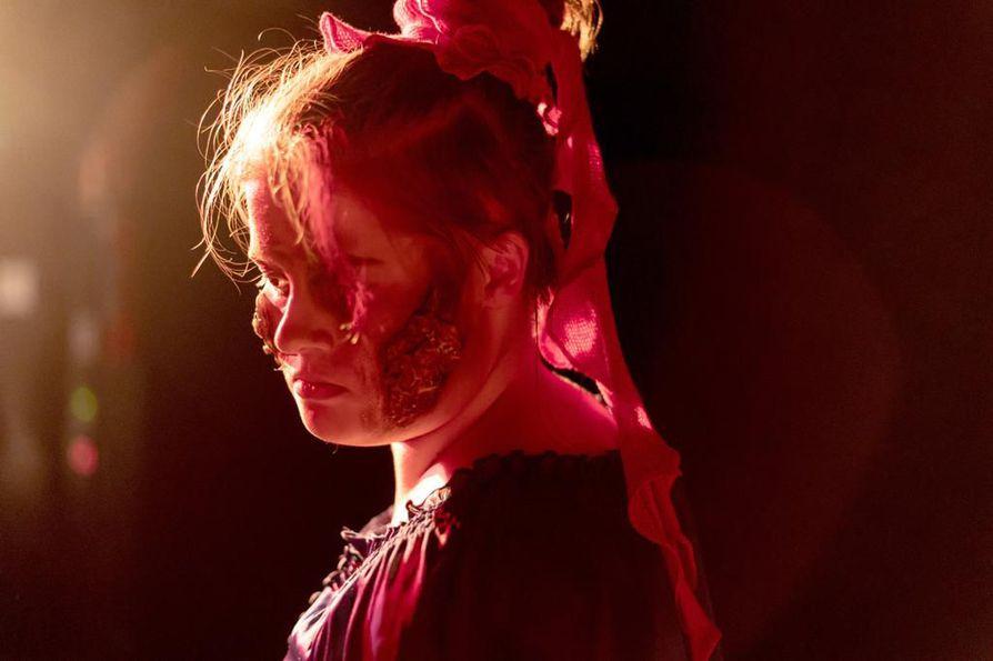 Zombie Walk -tapahtumaa järjestävältä Mikko Heikuralta on saatu asiantuntija-apua zombimaskien suunnitteluun, jotka Kristiina Auvinen ja Jutta Pirttilahti ovat toteuttaneet. Paula Cliffordin roolissa nähdään Elli Turkka.