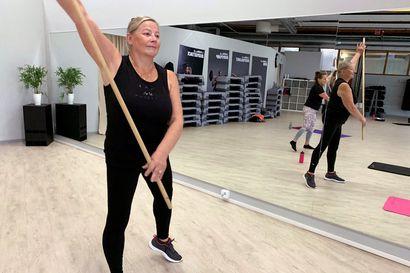 """Säännöllinen liikunta pitää lihaskunnon yllä – Eläkeikäiset ovat löytäneet ryhmäliikuntaan: """"Mieliala piristyy porukassa"""""""