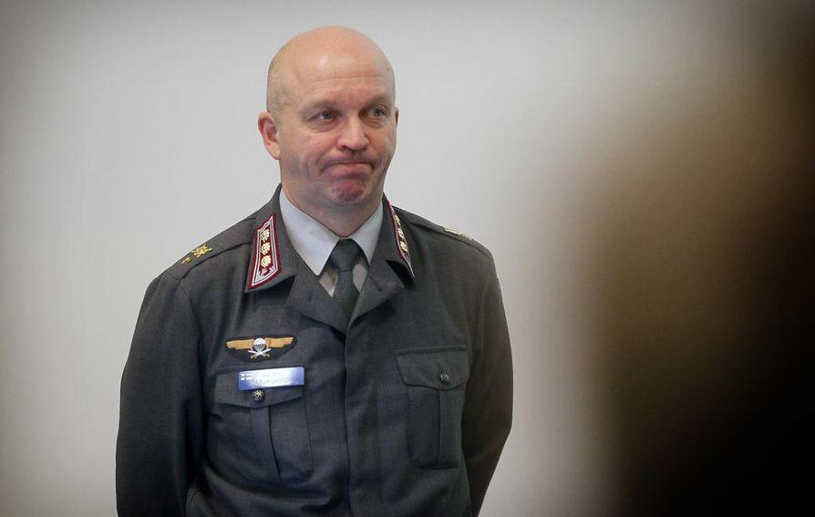 Oulun varuskunnan päällikkö, eversti Matti Karjalainen kertoo, että Oulun henkilöstön sijoittuminen puolustusvoimien muihin yksiköihin selviää loppuvuoden ja ensi vuoden alun aikana.