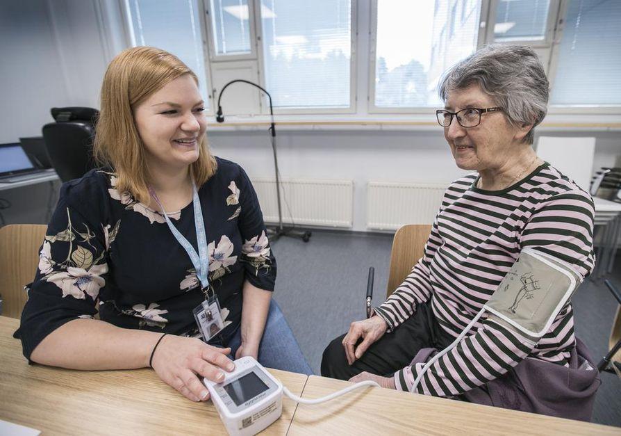 Sairaanhoitajaopiskelija Suvi Pitkänen (vas.) mittasi Taimi Rissasen verenpaineen maanantain hyvinvointipäivässä.