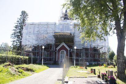 Mysteerilöytö Oulaisten kirkosta –katon korjaus paljasti 1600-luvulta peräisin olevan painopaperin