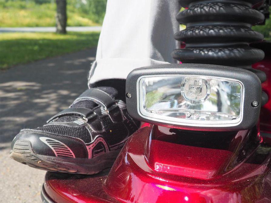 Iso etuvalo parantaa skootteristin omaa näkemistä ja näkymistä, kun päivät lyhenevät. Ajovalona saa käyttää myös otsalamppua. Jalankulkua avustavissa ja korkeintaan 15 km/h kulkevissa laitteissa valot eivät ole pakollisia.