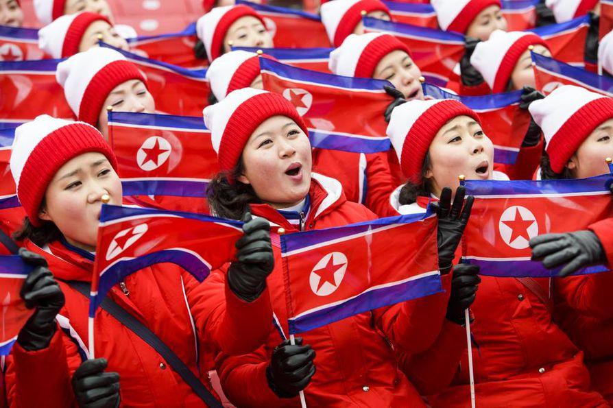 Pohjois-Korean kannattajat odottivat naisten pujottelun alkua.