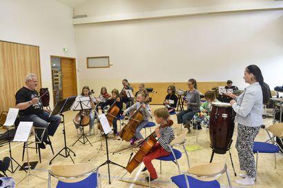 """Musiikkileirillä lapset saavat harjoitella yhdessä soittamista, leiri huipentuu päätöskonserttiin sunnuntaina: """"Tärkeintä täällä on, että lapset nauttivat musiikin soittamisesta"""""""