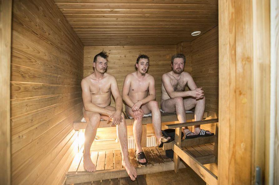 Jouni Nurminen (vas.), Niko Patama ja Jaakko Imponen rentoutuvat saunassa. He kiittelevät huoltoaseman yläkerrasta löytyvän saunan löylyjä.