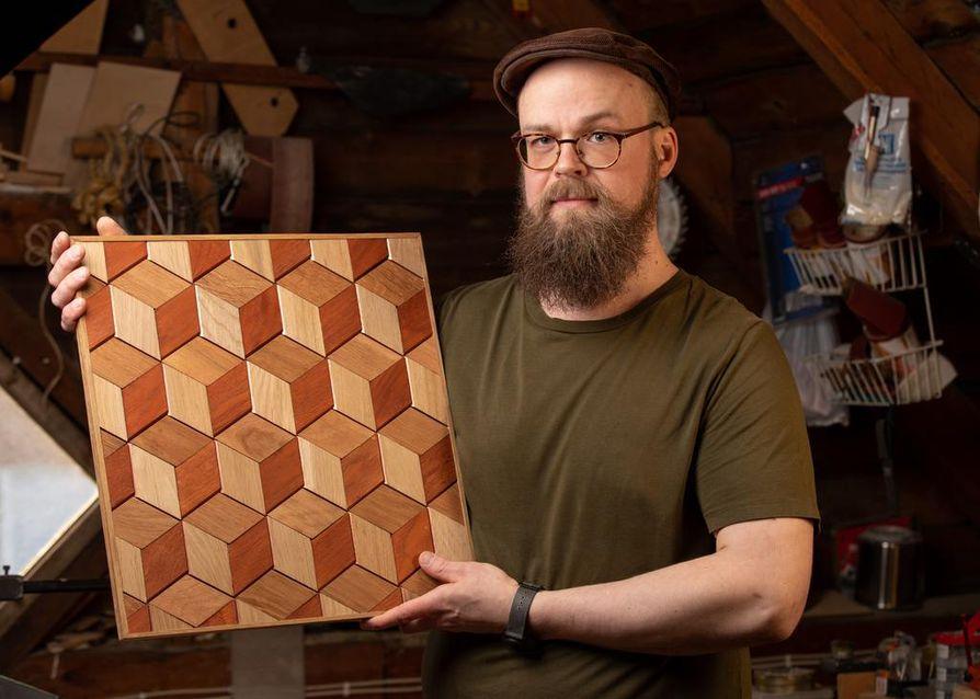 Lauri Lehenkari haluaa jatkuvasti kehittää puusepän taitojaan ja opetalla uusia puuntyöstötekniikoita.