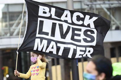 Poliisin pidätystilanteessa ampuma musta mies kuoli Minneapolisin lähellä – mielenosoittajat ottivat yhteen poliisin kanssa