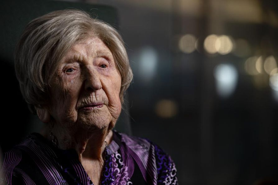 107-vuotias bloggaaja Dagny Carlsson kertoo elämästään Helsingin keskustakirjasto Oodissa lauantaina. Suomeen hän matkusti perjantaina laivalla, kuten hän teki usein myös nyt jo edesmenneen miehensä kanssa.