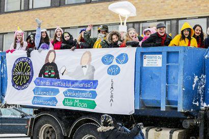 Miksi Lapissa juhlitaan penkkareita myöhemmin kuin muualla Suomessa? Osa lukioista haluaa noudattaa perinteitä, kun taas toiset pidentävät mieluummin abiturienttien lukulomaa