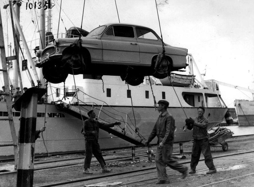 Uusi Skoda saapuu laivalla Toppilan satamaan Ouluun kesäkuussa 1961. Sota-aikainen säännöstelytalous jatkui Suomessa vuoteen 1957, mutta autokaupan säännöstely loppui myöhemmin vuonna 1963.