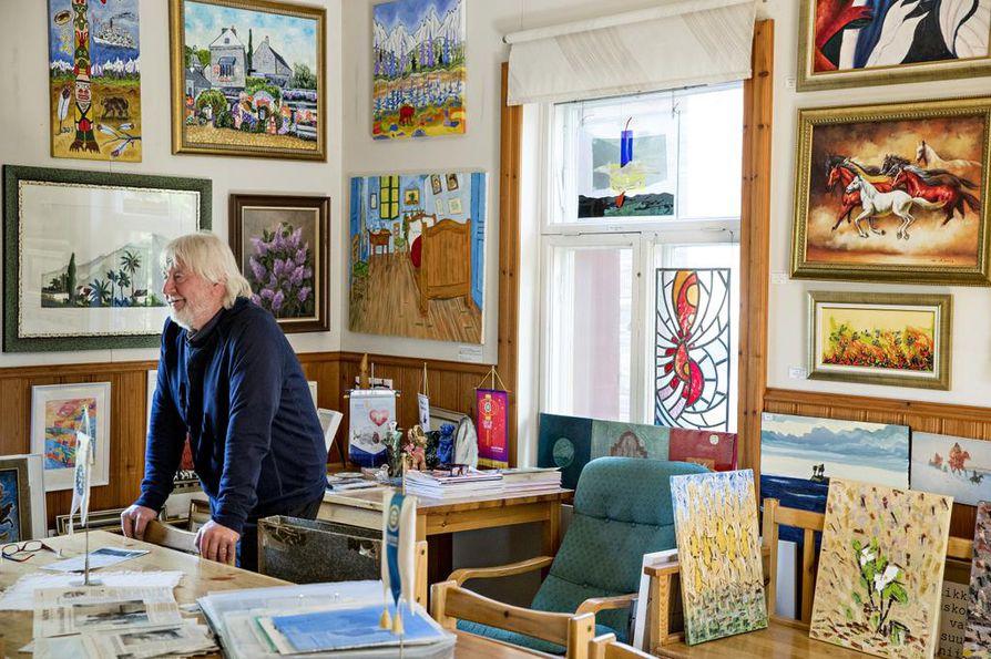 Erkki Halvarin mukaan ainakin osa näyttelytiloissa olevista maalauksista on tarkoitus myydä ennen gallerian sulkeutumista ja osa lähtee Hiukkavaaraan.