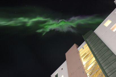 Lukijat kuvasivat upeita revontulia Oulun taivaalla