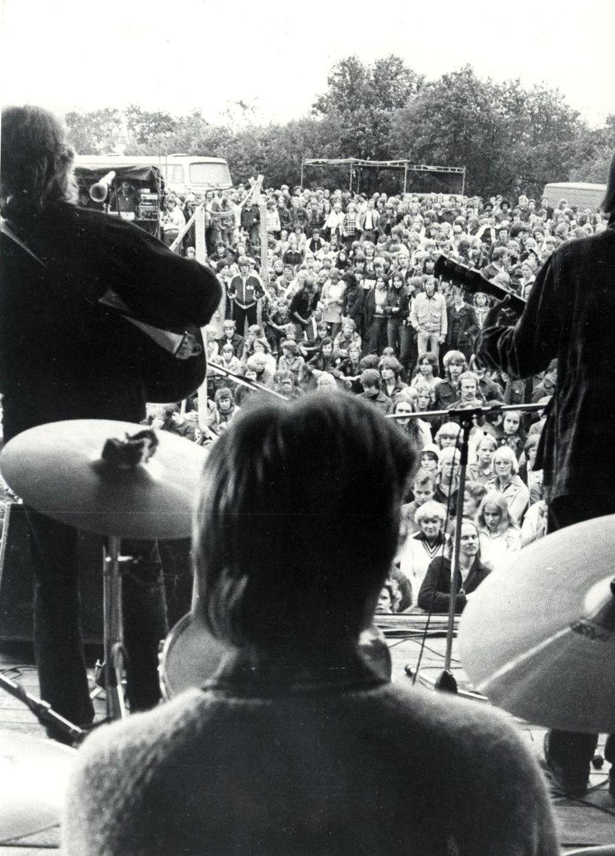 Kasevan folkrock keräsi runsaasti kuulijoita heinäkuun lopulla 1977.