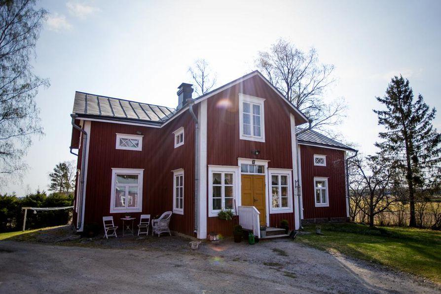 Talo on todennäköisesti 1800-luvun lopusta ja se on siirretty vuonna 1938 nykyiselle paikalleen Helsingbyhyn. Isäntäpariskunnalla on mielessä avata sinne jossain vaiheessa kesäkahvila ja -kirppis.