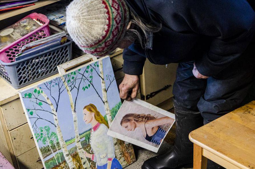 """Tilaustyön mallille Veikko Rajala maalasi lisää vaatetta päälle, """"ettei ainakaan palellu""""."""