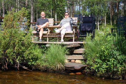 """Kyliltä kuuluu: Posion Hyväniemellä ollaan kirkkaiden vesien keskessä, mutta uimassa käydään myös Kuusamossa – """"Rannalla saattaa mennä monta tuntia, kun ottaa mukaan termospulloon kahvia ja kylmälaukkuun syötävää"""""""