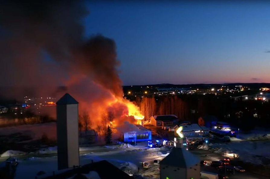 Pelastuslaitos sai hälytyksen noin kello 21.30 torstai-iltana. Paloa oli sammuttamassa kymmenkunta yksikköä. Palo saatiin sammutettua aamulla neljän aikoihin. Poliisi tutkii palon syttymissyytä.