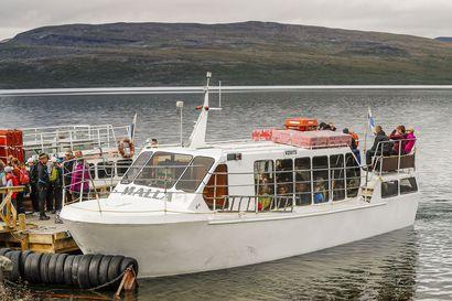 Kilpisjärveläinen M/S Malla-laiva kuljettaa asiakkaat Kolmen valtakunnan rajalle, mutta tarkoin erityisjärjestelyin – Polulta ei saa poiketa