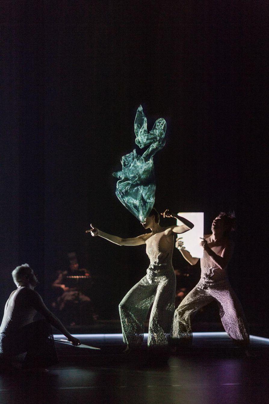 Tero Saarisen uudessa teoksessa hyödynnetään ohuita, leyhyttelyn voimasta tanssivia kankaita. Kuvassa tanssijat Eero Vesterinen (vas.), Jenna Broas ja Won Won-Myeong.