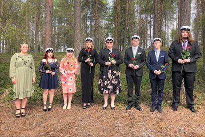 Uusille ylioppilaille valkolakit koronakevään päätteeksi poikkeusoloissa – Kuusamon lukio järjestää syksyllä vielä erikseen yhteisöllisen juhlatilaisuuden ylioppilaille