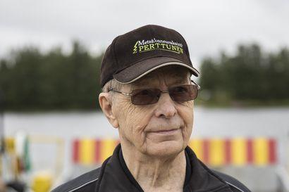 79-vuotias Kalle Perttunen on nähnyt läheltä, miten Oulujoen patoaminen, tukinuiton lopettaminen ja tulvat ovat vaikuttaneet Pikkaralan lossin kulkuun –Yhteiskuljetukset lähtivät liikkeelle koululaiskyydeistä
