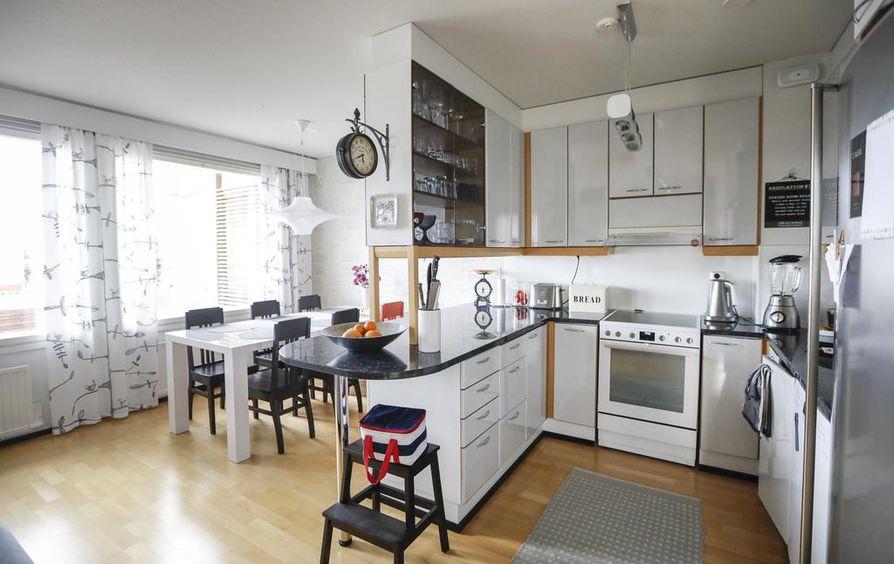 Kalusteet, pöydät, kaapit ja hyllyt ovat keittiötä myöten korkeakiiltoisia.