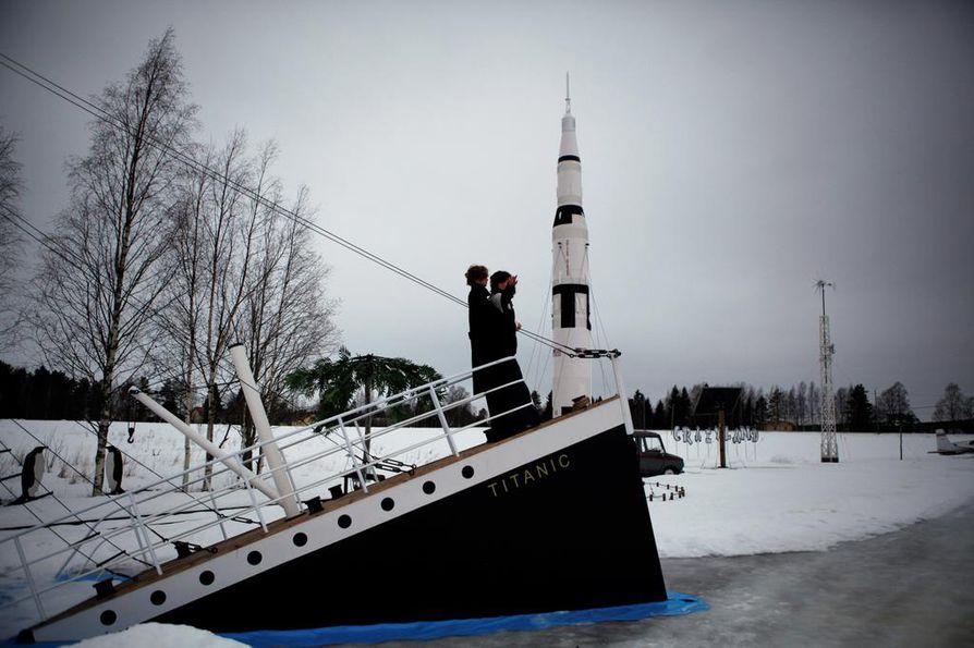 Taustalla näkyvä raketti kohoaa yli 11 metrin korkeuteen. Titanic ilmestyi sen viereen alkuvuodesta.