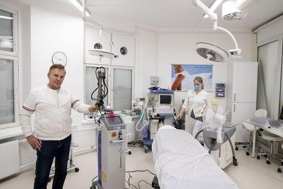 Oululaisen esteettiseen kirurgiaan erikoistuneen klinikan asiakkaista noin kolmannes on miehiä, yksi kysytyimmistä toimenpiteistä on rintojen pienennys