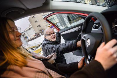 """""""Ajokokeeseen tulee niin heikkotasoisia kuljettajia, että se vaarantaa ajotutkinnon vastaanottajien työturvallisuuden"""" – entisten liikennepoliisien ja ajo-opettajien mukaan moni yrittää suorittaa ajokokeen minimimäärällä ajo-opetusta"""