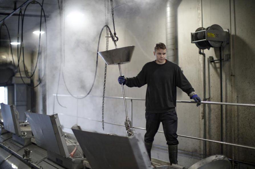 Ville Kaikkonen pesi maanantaina säiliöauton tankkia Pesukoplan tiloissa Oritkarissa.