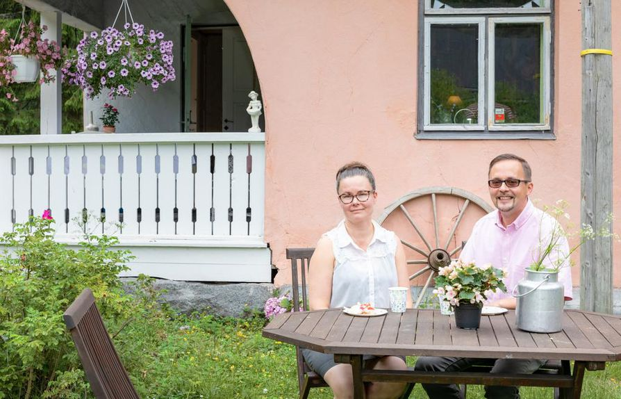 Kesä on kahviloiden aikaa. Sakke ja Marja Gustafssonin isännöimä Cafe Eevilä henkii vanhaa tunnelmaa.