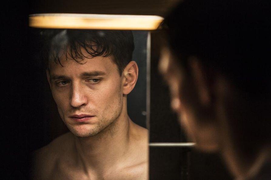 Jonas (August Wittgenstein) elää pimeässä ja sateisessa Tukholmassa, jossa alkaa tapahtua outoja fantasiajännärissä Hidden – Esikoinen.