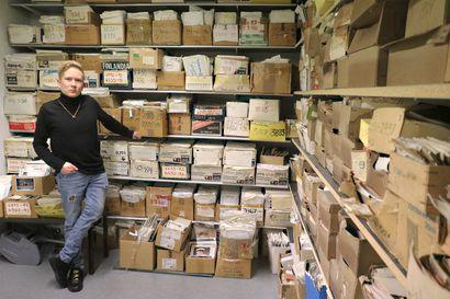 Kymmeniä hyllymetrejä valokuvia ja negatiiveja hankittiin Oulaisten kaupungin omistukseen, ammattikuvaajien arkistossa on paikallisia ihmisiä useilta vuosikymmeniltä