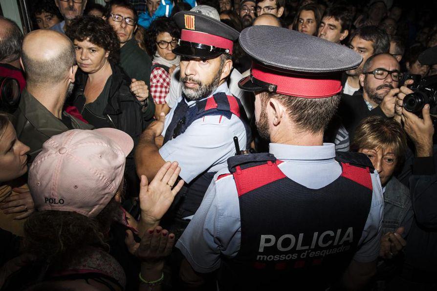 Espanjan poliisi valvoi Katalonian itsenäisyysäänestystä 1. lokakuuta. Paikoin otteet kovenivat väkivaltaisiksi.