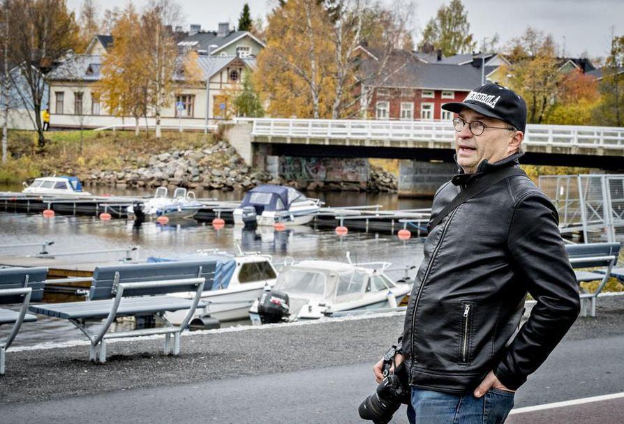 Jouni Kokkoniemelle Raatinsaari on tuttu paikka, sillä hän käy ahkerasti uimassa liikuntakeskuksen uimahallissa. Takana siintävä Pikisaari on puolestaan mieluinen kävely- ja kuvausmaisema.
