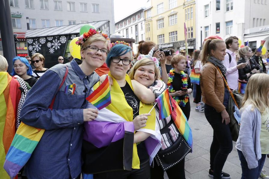 Piia Kallion (vas.), Riinu Kallion ja Janita Pätsin mukaan parasta Prideissa on yhteisöllinen tunnelma. Ystävykset ovat osallistuneet Pride-juhliin myös aiemmin Oulussa ja Helsingissä.