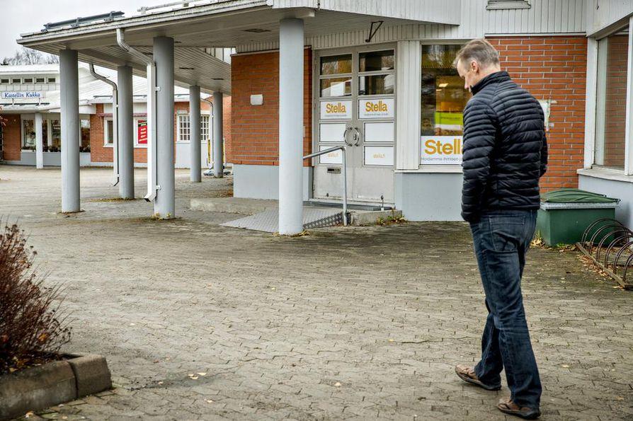 Kastellissa oli takavuosina Osuuspankki. Kari Korhonen oli menossa tallettamaan sinne poliisien kahvikassaa, kun pankkiryöstöä suunnitellut mies karautti paikalle.