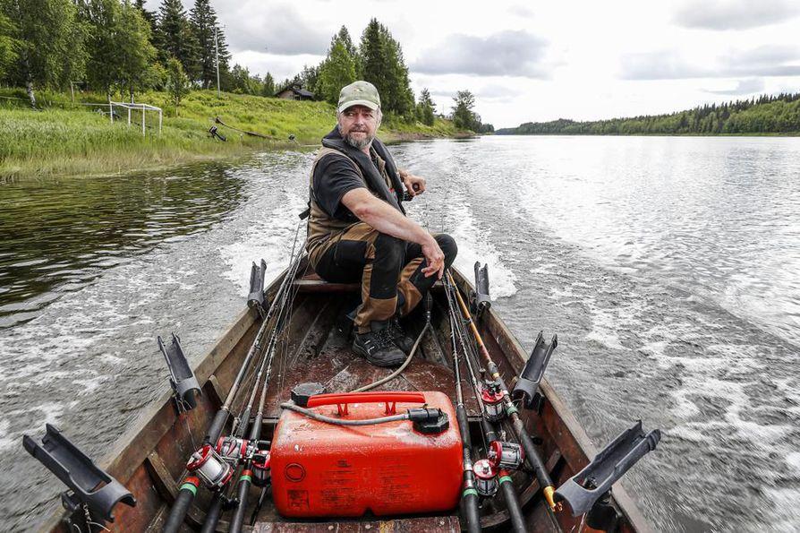Kolarilainen kalastaja Juha Pieskä kertoo, että kuluva kesä on lohensaannin kannalta hänen uransa huonoin.