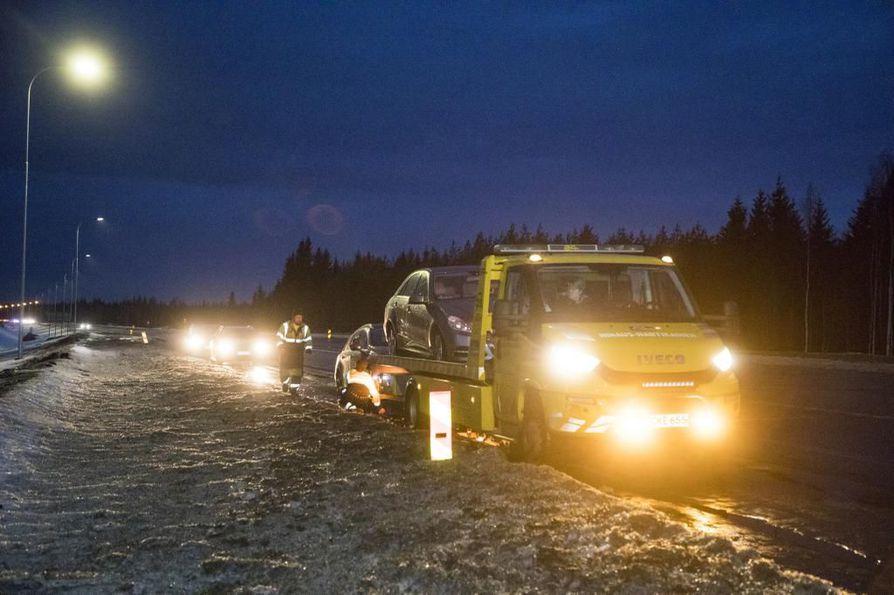 Useat autoilijat rikkoivat autoistaan ainakin renkaita  tielle syntyneisiin pahoihin kuoppiin perjantaiaamun aikana Nelostiellä Iissä. Hinausauto nouti yhtä autoista aamulla.