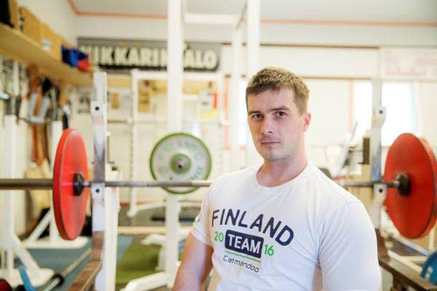 Juhani Kokko on Suomen ainoa edustaja voimanostossa Rion paralympialaisissa. Hän suunnittelee aloittavansa kisaurakkansa 143 kilon nostolla.