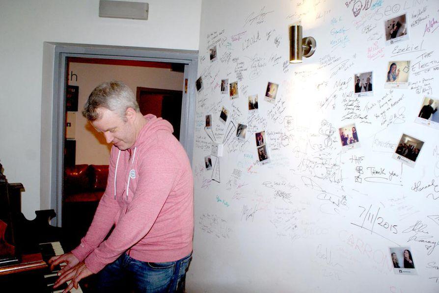 Studiopäällikkö ja pää-ääniteknikko Niall McMonagle kokeilee käytävällä olevaa vanhaa urkuharmonia. Soundi on kuin Neil Youngin kappaleessa Like a Hurricane.