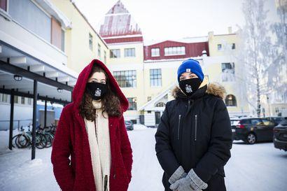 Oulun lukioissa palattiin lähiopetukseen – OSYKin oppilaiden uusissa nimikkomaskeissa komeilee koulun perustaja Mauno Rosendal
